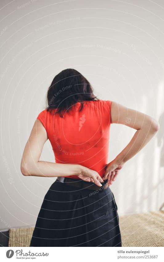 - feminin Frau Erwachsene 1 Mensch 18-30 Jahre Jugendliche Mode T-Shirt Rock Gürtel schwarzhaarig Bewegung stehen rot Ordnungsliebe anziehen Farbfoto