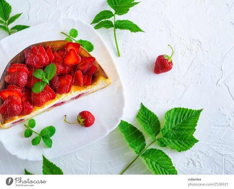 halber Käsekuchen mit frischen Erdbeeren Frucht Dessert Ernährung Teller Tisch Blatt hell lecker grün rot weiß Farbe Kuchen Beeren Lebensmittel Hintergrund süß