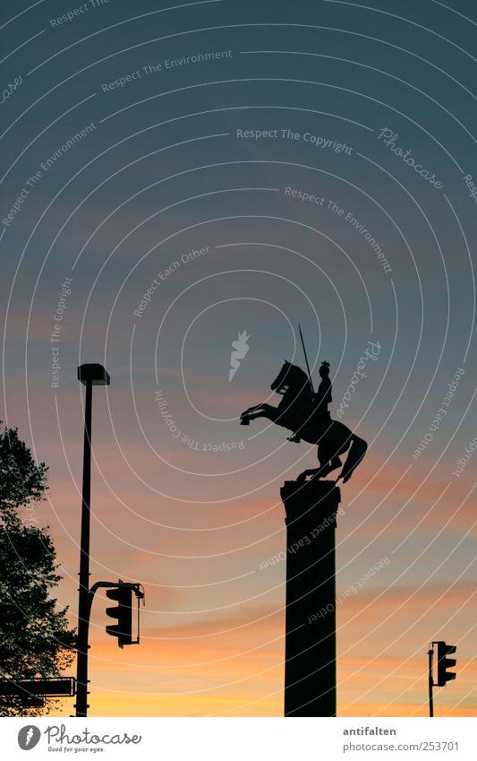 Ulanendenkmal Himmel blau rot schwarz gelb Herbst Stein Kunst Deutschland Schilder & Markierungen Platz Tourismus ästhetisch Pferd Kultur Denkmal