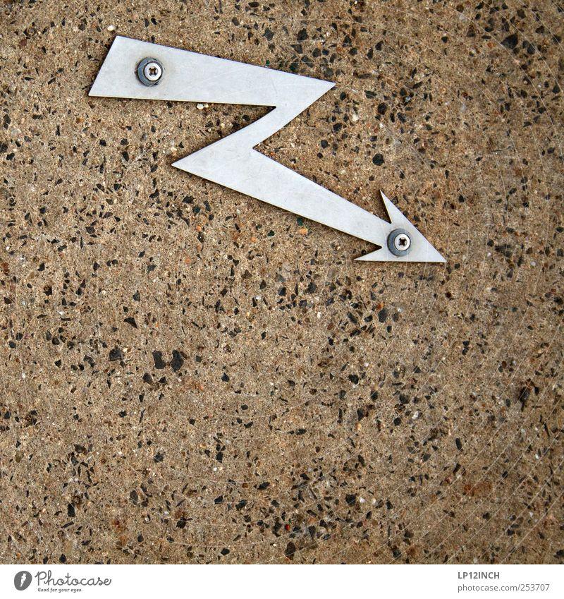 Flash Gordon Metall Zeichen Hinweisschild Warnschild Pfeil Spitze Blitze Schraube festhalten fixieren Bodenbelag Gully Elektrizität Farbfoto Außenaufnahme
