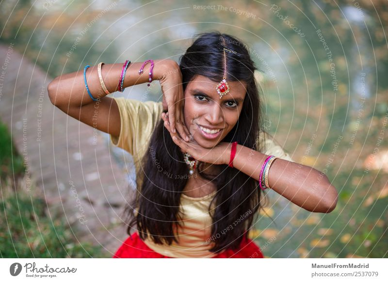 traditionelles indisches Frauenporträt schön Erwachsene Hand Natur Park Mode Bekleidung Kleid Schmuck gold grün Tradition Inder Körperhaltung heiter simulierend