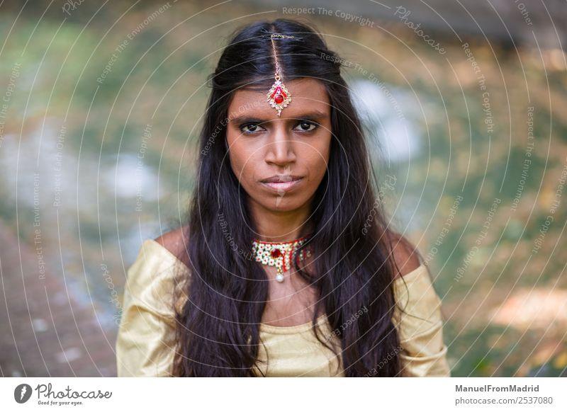 traditionelles indisches Frauenporträt schön Erholung ruhig Erwachsene Hand Natur Park Mode Bekleidung Kleid Schmuck gold grün Tradition Inder Körperhaltung