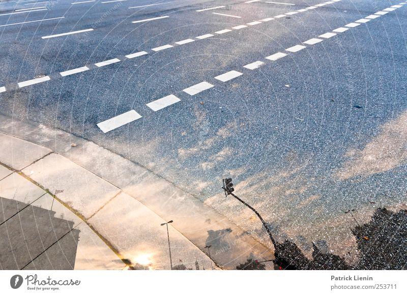 Sinnestäuschung Himmel weiß Stadt Sonne Straße Herbst Umwelt Wege & Pfade Wetter laufen Verkehr Streifen Bodenbelag Asphalt Verkehrswege Schönes Wetter