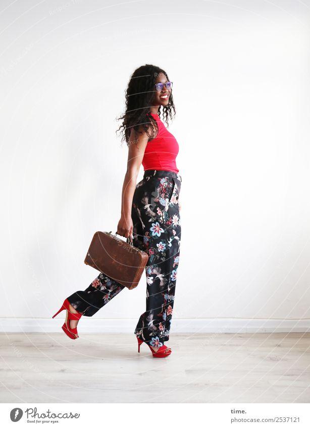 Apolline feminin Frau Erwachsene 1 Mensch T-Shirt Hose Brille Damenschuhe brünett langhaarig Locken Koffer festhalten gehen Lächeln lachen elegant Fröhlichkeit