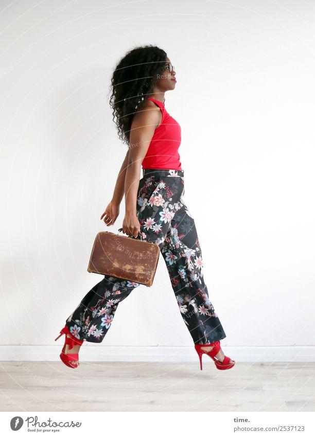 Apolline Raum feminin Frau Erwachsene 1 Mensch T-Shirt Hose Koffer Brille Damenschuhe brünett langhaarig Locken Afro-Look festhalten gehen Blick elegant schön