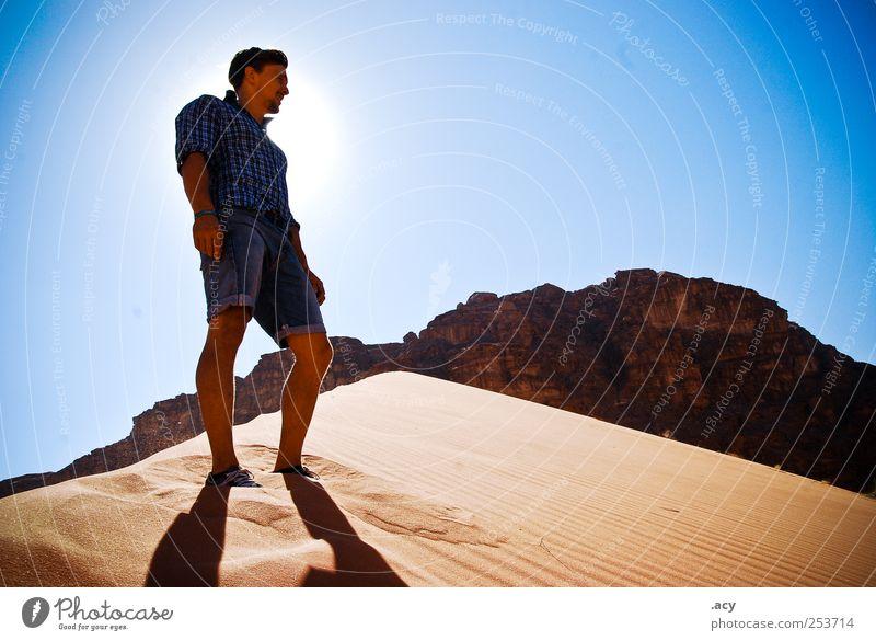 Wüstenfuchs Mensch Mann Jugendliche blau Sonne Sommer ruhig Erwachsene Erholung Landschaft Sand träumen Zufriedenheit Kraft Klima natürlich