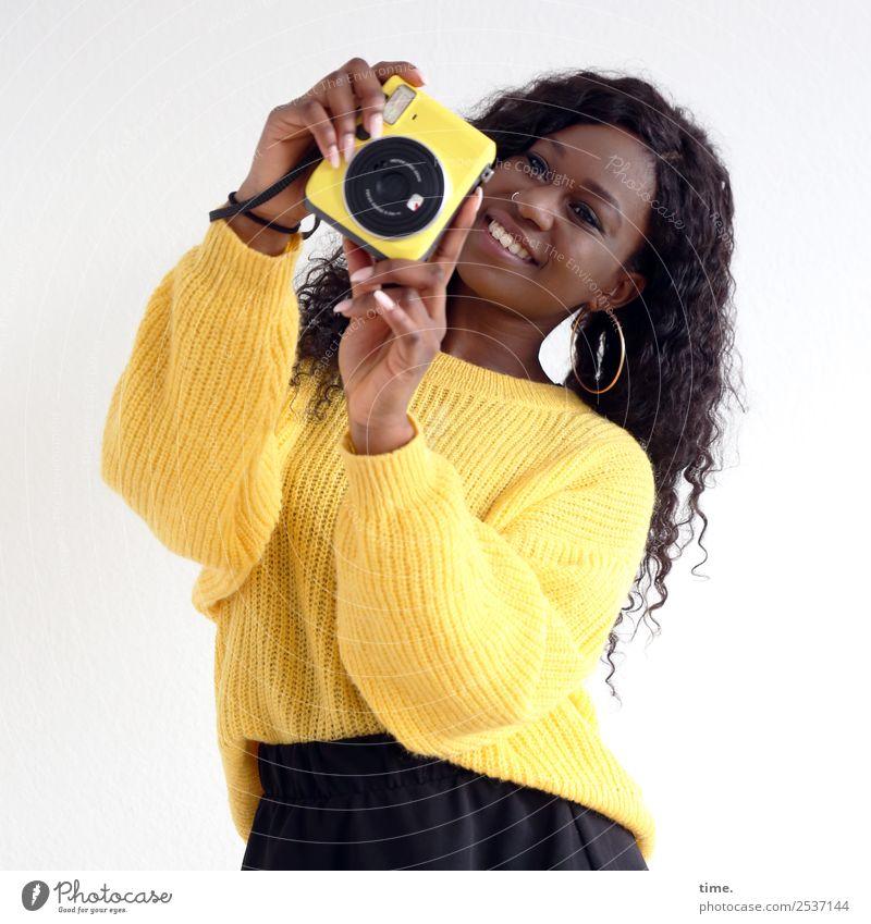 Apolline Handwerker Medienbranche feminin Frau Erwachsene 1 Mensch Künstler Fotografieren Fotokamera Rock Pullover Ohrringe brünett langhaarig Locken beobachten