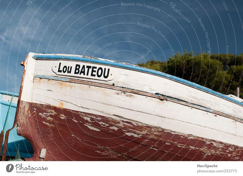 Lou Bateou Strand Fischerboot blau rot weiß Holz Farbstoff Lack abblättern alt Rost Ruderboot Wasserfahrzeug Heck Farbfoto Außenaufnahme Menschenleer