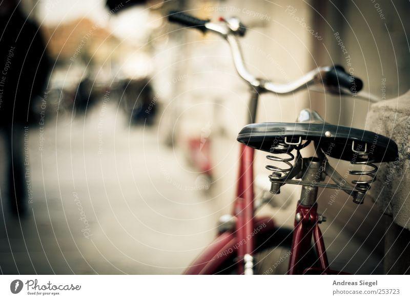 B@DD 11 | Obligatorie Verkehr Straßenverkehr Wege & Pfade Fußweg Fahrrad alt trendy retro rot Sattel Lenker angelehnt anlehnen Federung Farbfoto Außenaufnahme