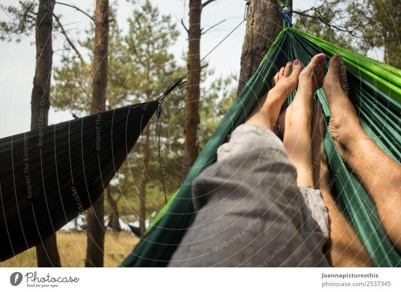 Hammock Erholung ruhig Ferien & Urlaub & Reisen Ausflug Camping Mensch maskulin feminin Paar Partner Beine Fuß 2 Natur Baum Wald genießen hängen schaukeln