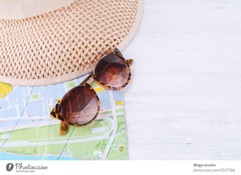 Eine Karte mit Sonnenbrille und Hut. Lifestyle Stil Design Leben Ferien & Urlaub & Reisen Tourismus Ausflug Abenteuer Sommer Accessoire träumen modern Entwurf
