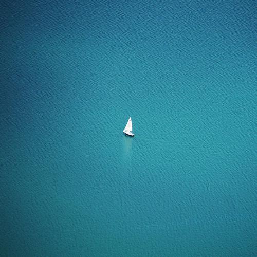 Einsam Umwelt Natur Urelemente Wasser Wellen Meer See Ferne frei klein nass natürlich blau weiß Wasserfahrzeug Segelschiff Bootsfahrt Freiheit Luftaufnahme