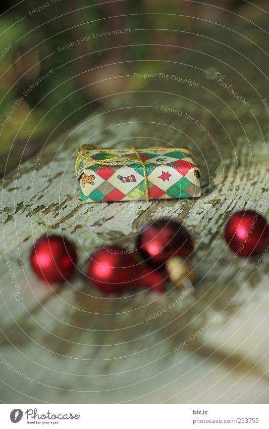 Weihnachtspackerl II Natur alt Weihnachten & Advent rot Winter Holz Feste & Feiern Wohnung glänzend liegen Häusliches Leben Dekoration & Verzierung Glas Geschenk Kitsch Tradition