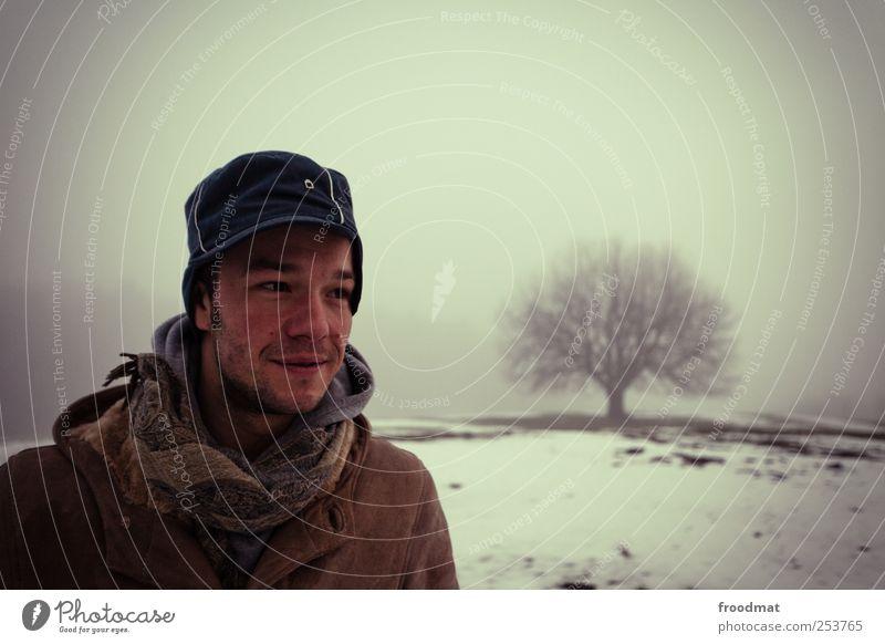 baumregen Ausflug Abenteuer Winter Schnee wandern Mensch maskulin Junger Mann Jugendliche Erwachsene Natur Landschaft Wetter Nebel Baum Hügel Mantel Schal Mütze