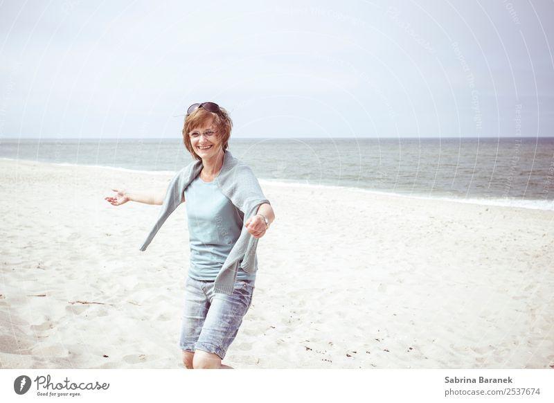 Lebensfreude Frau Mensch Ferien & Urlaub & Reisen Sommer Freude Strand Lifestyle Erwachsene Gesundheit Senior feminin Küste lachen Glück Ausflug