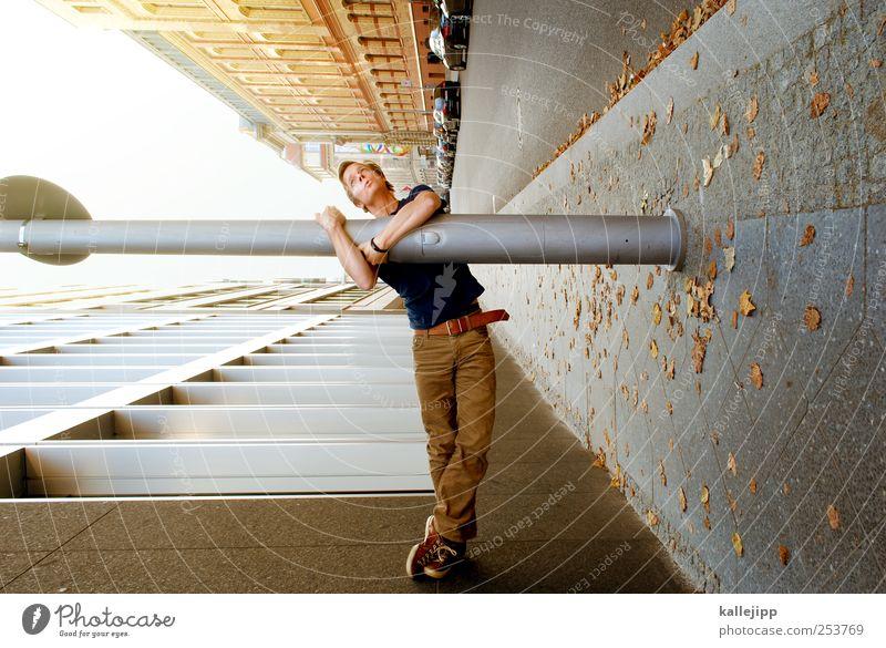 bordsteinschwalbe Mensch Mann Stadt Haus Erwachsene Straße Leben Wand Wege & Pfade Mauer PKW Kunst Freizeit & Hobby Fassade warten maskulin
