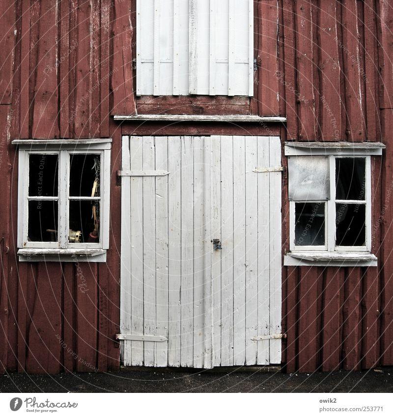 Skärhamn Haus Holzwand Bohuslän Nordeuropa eckig einfach schwarz weiß Tor geschlossen Fensterkreuz gerade frontal Bootshaus Fischereiwirtschaft Werkstatt