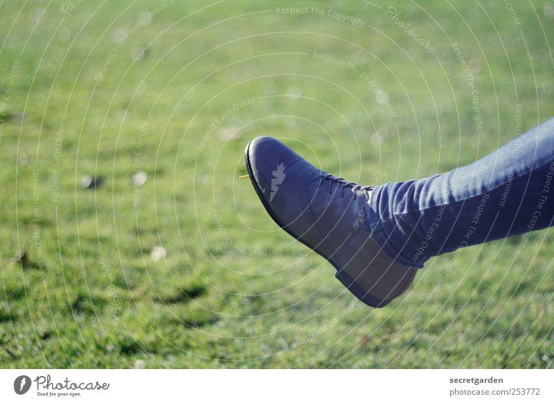 kick it like beckham! Beine Fuß 1 Mensch Gras Wiese Bekleidung Hose Schuhe blau grün dünn Röhrenjeans Textfreiraum oben Vor hellem Hintergrund Freisteller