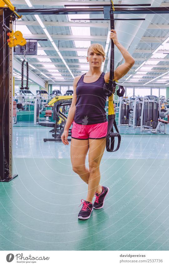Frau, die sich durch einen Fitnessgurt auszeichnet. Lifestyle schön Körper Club Disco Sport Seil Mensch Erwachsene stehen authentisch muskulös stark trx