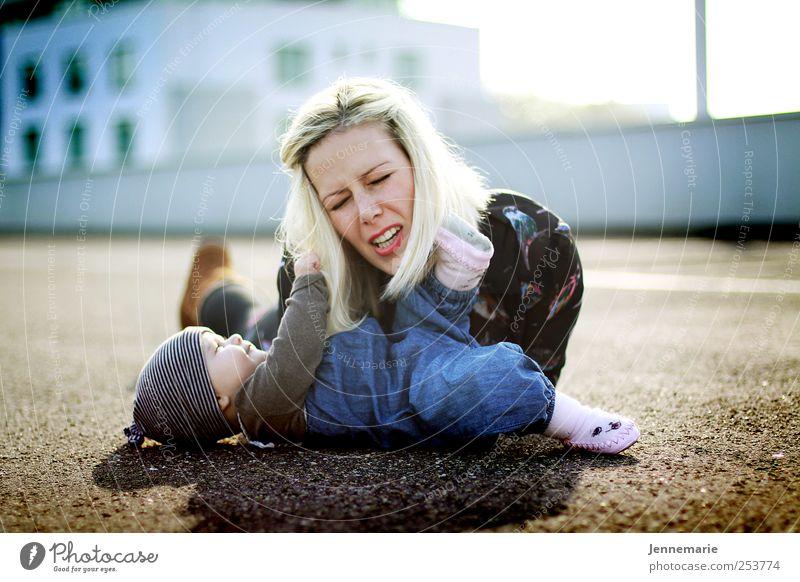 Kratzbürste Mensch Erwachsene Leben Gefühle Glück blond Baby Familie & Verwandtschaft Mutter niedlich Kommunizieren festhalten berühren schreien Kind Spielen