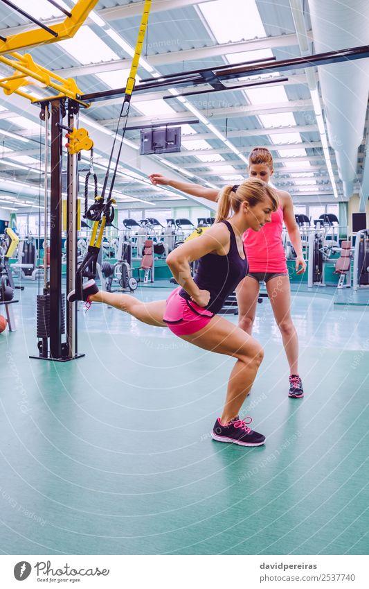 Personal Trainerin, die eine Frau im Suspensionstraining unterrichtet. Lifestyle schön Körper Sport Arbeit & Erwerbstätigkeit Erwachsene Fitness authentisch