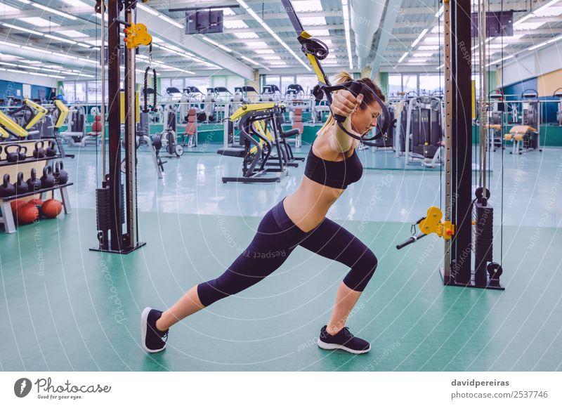 Frau beim Suspensionstraining mit Fitnessgurten Lifestyle schön Körper Club Disco Sport Seil Mensch Erwachsene authentisch muskulös stark trx Training Mädchen