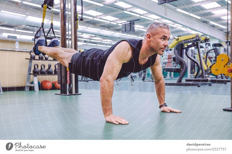 Mann beim Fahrwerkstraining mit Fitnessgurten Lifestyle schön Körper Club Disco Sport Seil Mensch Erwachsene authentisch muskulös stark trx Training Suspension