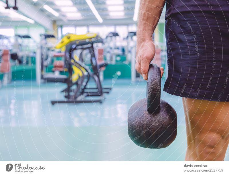Mann mit Kugelglocke im Crossfit-Training Lifestyle Körper Sport Mensch Erwachsene Hand Fitness authentisch muskulös stark schwarz Kraft Kettlebell Wasserkessel