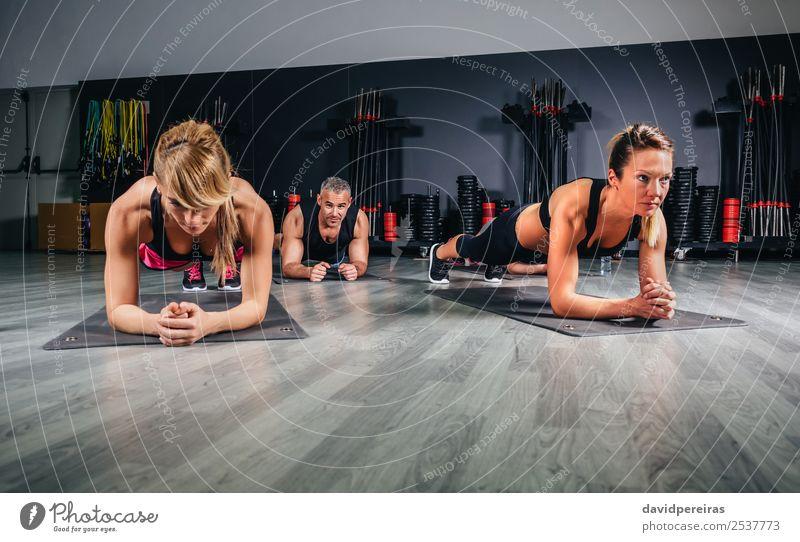 Leute, die Liegestütze in der Fitnessklasse machen. Glück Körper Sport Schule Frau Erwachsene Mann Arme Menschengruppe authentisch muskulös stark Kerngehäuse
