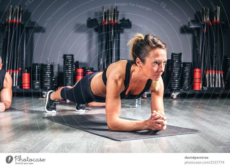 Frau macht Liegestütze in der Fitnessklasse Glück Körper Sport Schule Erwachsene Mann Arme Menschengruppe authentisch muskulös stark Kerngehäuse üben Sporthalle