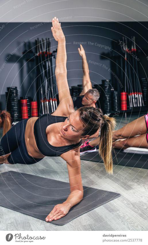 Menschen, die Übungen in einer Fitnessklasse machen. Glück Körper Sport Schule Frau Erwachsene Mann Arme Menschengruppe authentisch muskulös stark üben