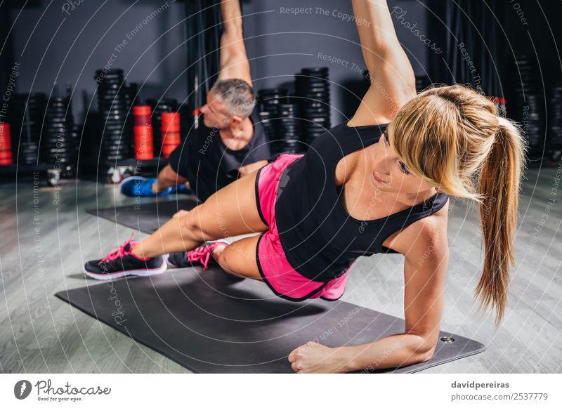 Junge Leute machen Übungen im Fitness-Kurs Glück Körper Sport Schule Frau Erwachsene Mann Paar Arme Menschengruppe authentisch muskulös stark üben Sporthalle