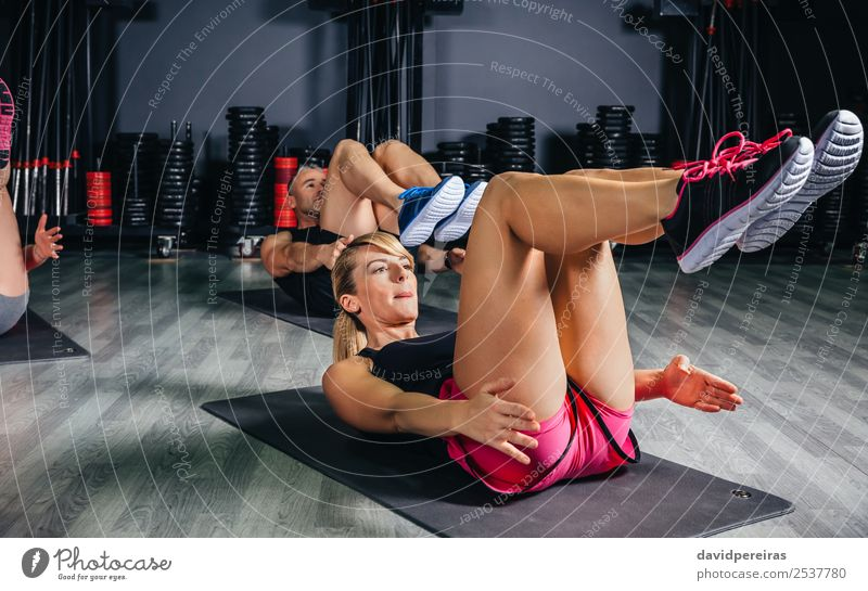 Leute, die Bauchmuskeln in einer Fitnessklasse machen. Glück Körper Sport Schule Frau Erwachsene Mann Arme Menschengruppe authentisch muskulös stark Tun