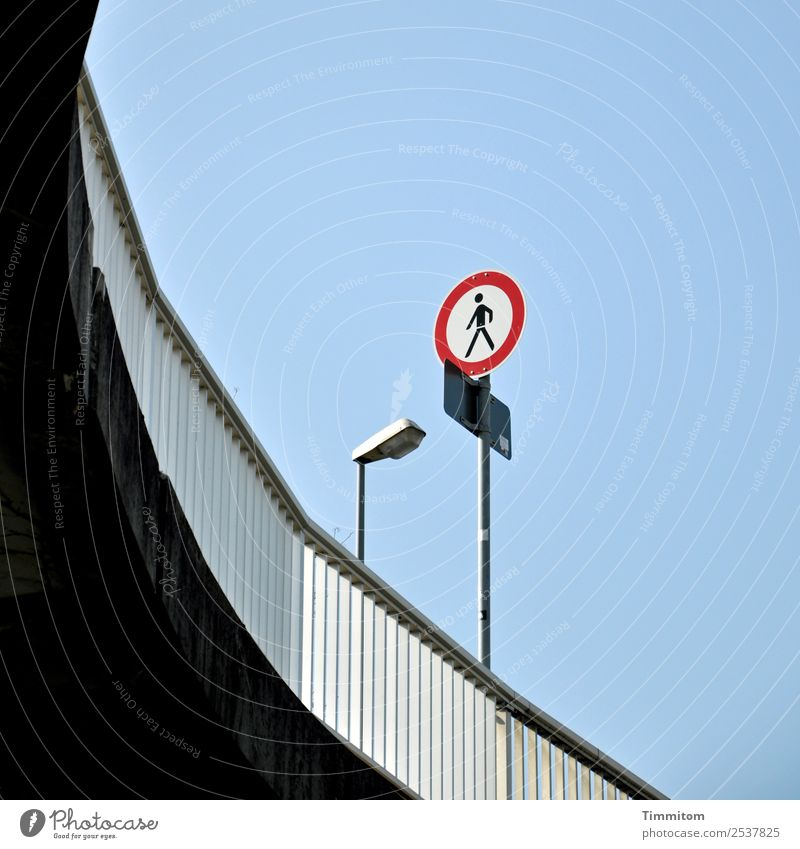 Oben bitte nur fliegen! Stadt Verkehr Verkehrswege Fußgänger Straße Verkehrszeichen Verkehrsschild blau rot schwarz weiß Geländer Metall Straßenbeleuchtung