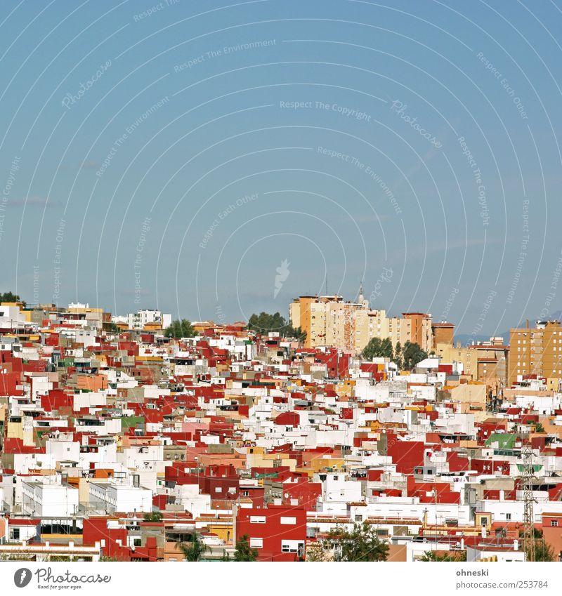 Nachbarschaft Himmel Wolkenloser Himmel Schönes Wetter Spanien Stadt bevölkert Haus Einfamilienhaus Hochhaus rot Platzangst Häusliches Leben Farbfoto mehrfarbig