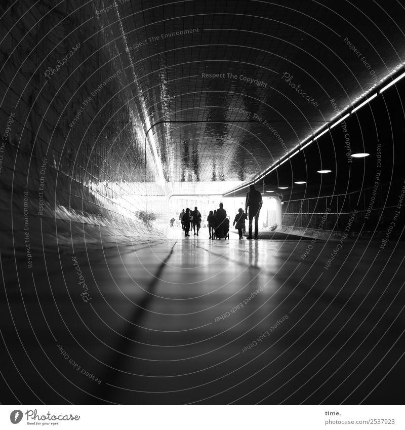 Grenzüberschreitung | Licht am Ende Mensch Menschenmenge Amsterdam Central Station Tunnel Verkehr Verkehrswege Wege & Pfade gehen dunkel hell Stadt Wachsamkeit