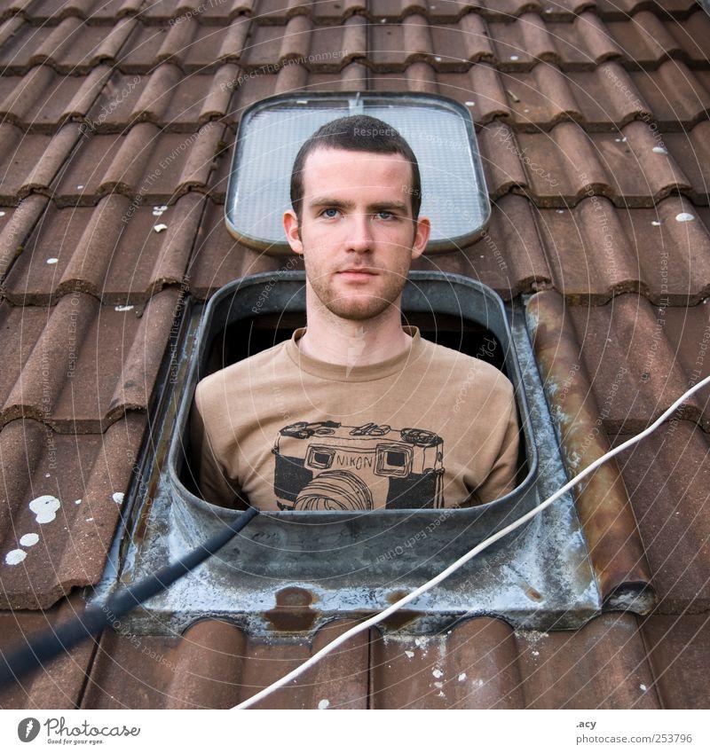 hello, it's me maskulin Junger Mann Jugendliche Erwachsene 1 Mensch 18-30 Jahre Berlin Haus Fenster Dach bauen beobachten Blick authentisch frech frei