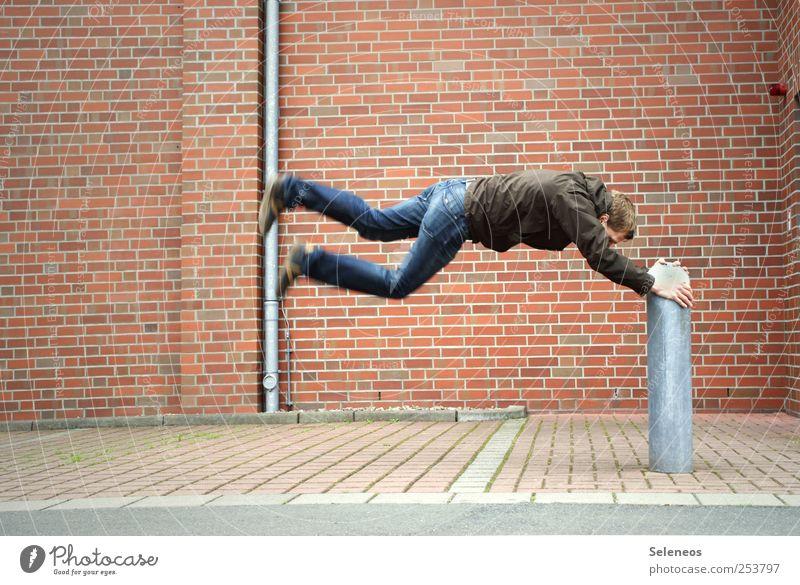 Vom Winde verweht Mensch Haus Wand Spielen springen Stein Mauer Fassade Freizeit & Hobby fliegen maskulin Beton Geschwindigkeit Bekleidung Jeanshose Fitness