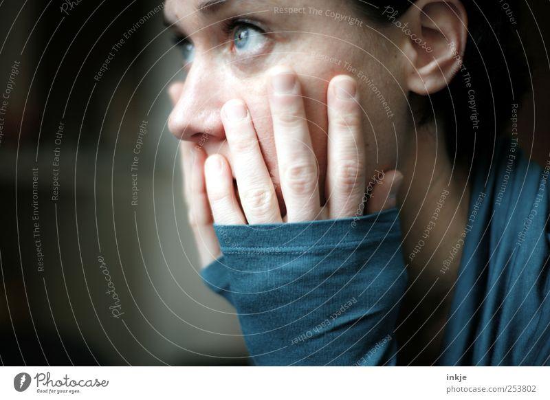 if tomorrow never comes... Frau Mensch blau Gesicht feminin Leben Gefühle Erwachsene Denken Traurigkeit träumen Stimmung authentisch Hoffnung Trauer festhalten