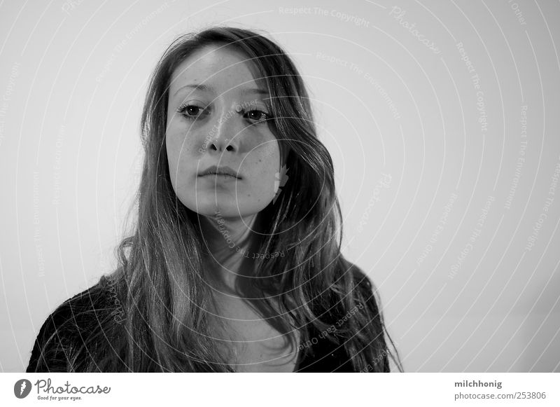Blickkontakt Jugendliche schön Erwachsene feminin Denken blond ästhetisch Zukunft Coolness Sicherheit einzigartig 18-30 Jahre beobachten Neugier geheimnisvoll Vertrauen