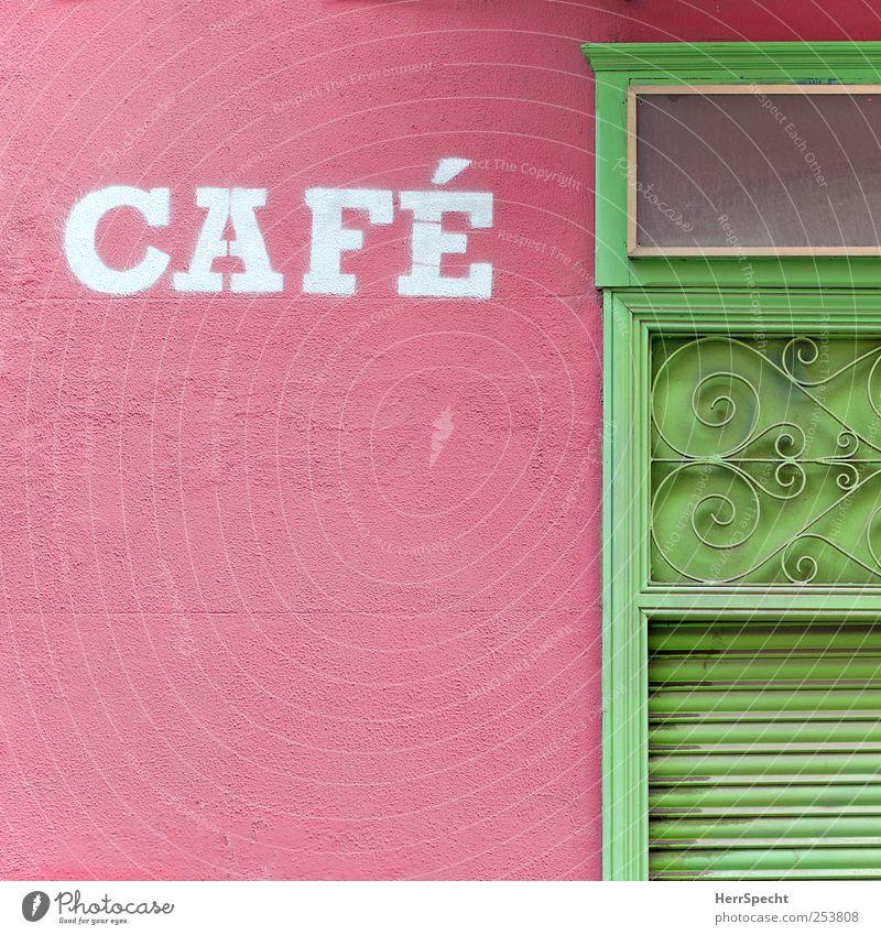 CAFÉ ausgehen Stadtzentrum Altstadt Haus Mauer Wand Fassade Tür Metall Schriftzeichen Ornament alt grün rosa Café geschlossen Rollo Rollbalken Jalousie