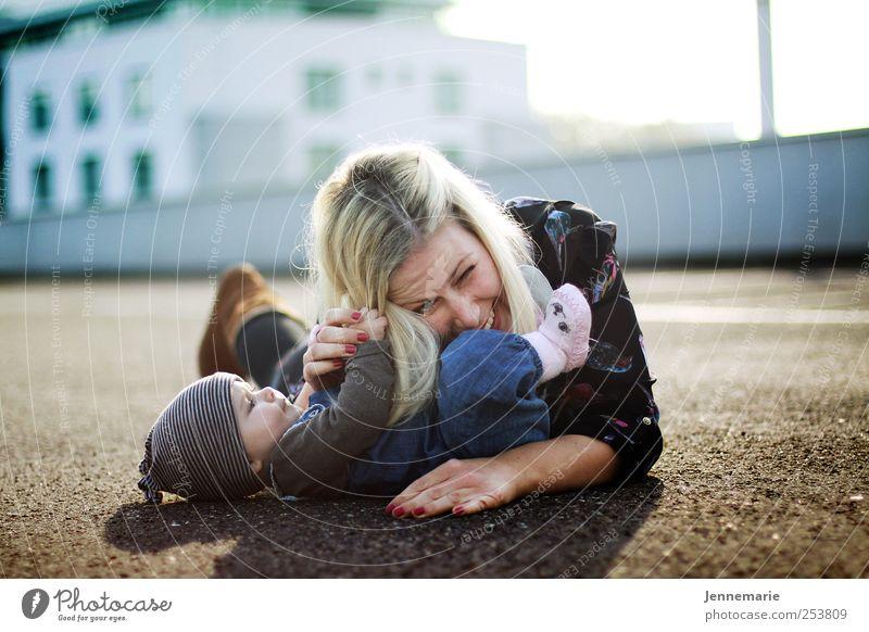 Kratzbürste 2.0 Mensch Baby Frau Erwachsene Mutter 0-12 Monate festhalten Kommunizieren lachen Blick toben frech Fröhlichkeit Glück nah niedlich Zufriedenheit