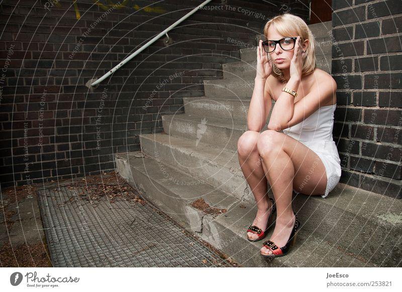 #253821 Frau schön Erwachsene Ferne Stil Denken blond sitzen warten Treppe Studium Coolness Brille Kleid beobachten Bildung