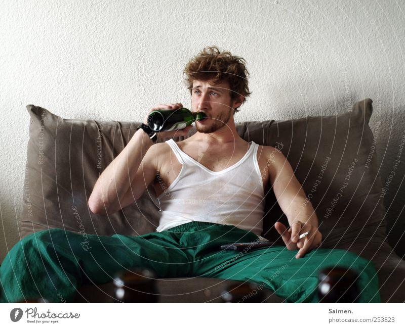 weg mit dem leid... Mensch Mann Jugendliche Erwachsene Einsamkeit maskulin Bekleidung trinken Rauchen 18-30 Jahre Bier Sofa Flasche Risiko Zigarette Rauschmittel