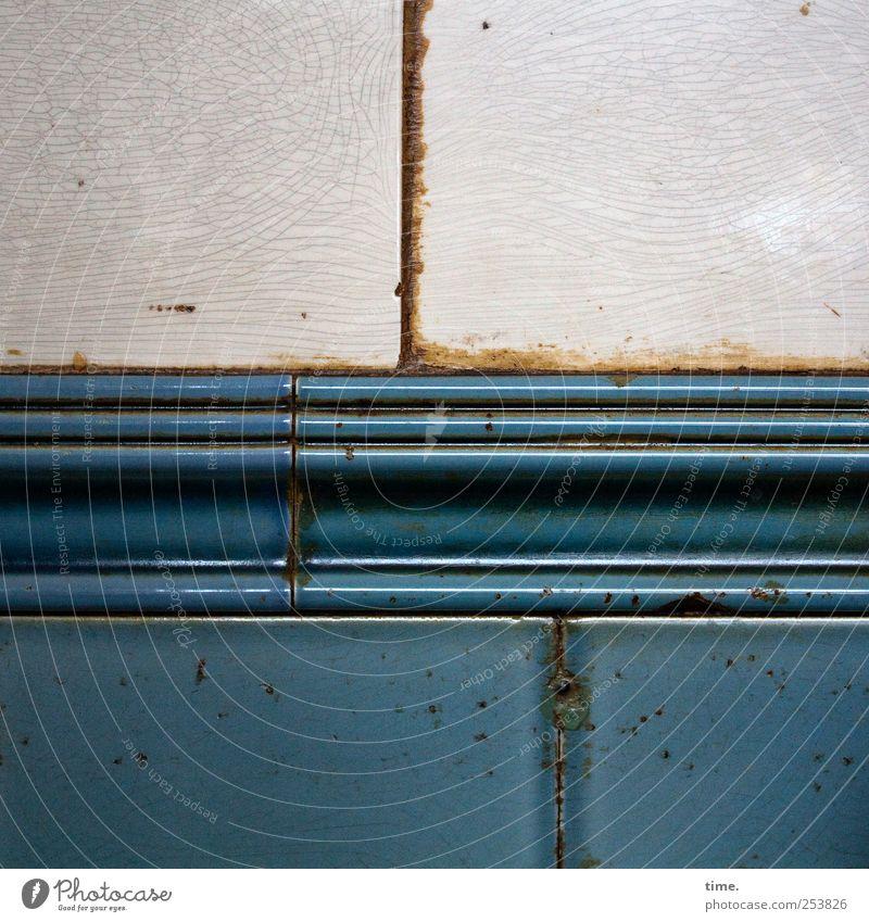 Stückwerk II Dekoration & Verzierung alt glänzend leuchten blau grau Fliesen u. Kacheln Wand Fuge verfallen verwittert vertikal horizontal Riss gestückelt