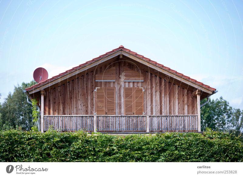 Puppenstubenhausen Wolkenloser Himmel Sommer Schönes Wetter Haus Mauer Wand Fassade Balkon Dachrinne Satellitenantenne eckig Hecke Baum Fensterladen Holz