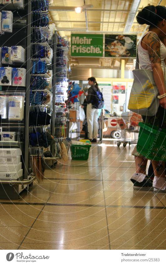 Supermarket Besucherin Supermarkt kaufen Ladengeschäft frisch Reflexion & Spiegelung Frau alternativ schön Migros Tattoo Tatoo Rechtschreibefehler trendy