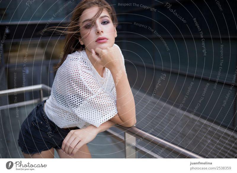 Portrait Mädchen glücklich Lifestyle Stil Glück schön Gesicht Sommer Frau Erwachsene Jugendliche Leben 18-30 Jahre Natur Stadtzentrum Mode T-Shirt Lächeln