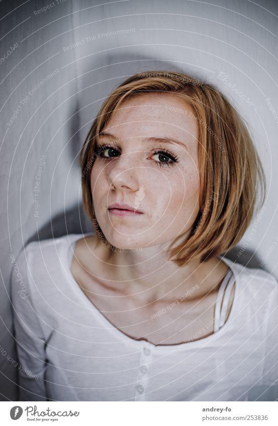 ...auch mutig sein. feminin Junge Frau Jugendliche Erwachsene Kopf 1 Mensch 18-30 Jahre T-Shirt Haare & Frisuren rothaarig kurzhaarig beobachten gruselig kalt