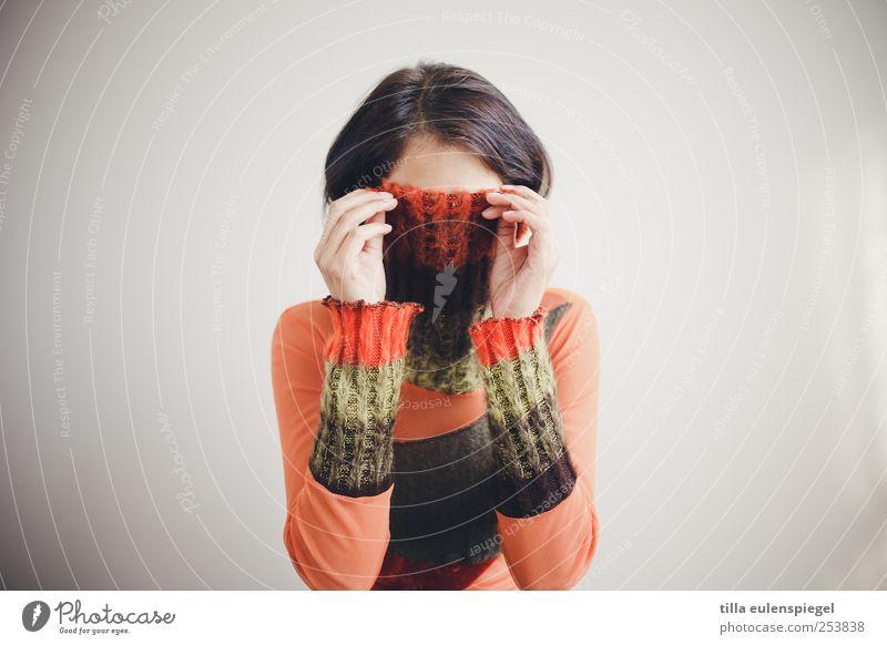 inkognito. feminin Frau Erwachsene 1 Mensch 18-30 Jahre Jugendliche Pullover schwarzhaarig Hemmung Frustration geheimnisvoll Scham verstecken orange Kragen